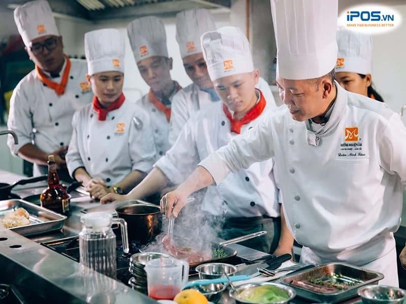 đào tạo nhân viên để nâng cao hiệu suất làm việc trong bếp