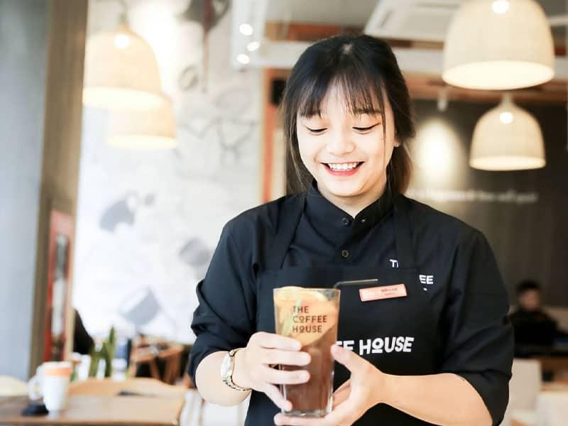nhân viên phục vụ quán café