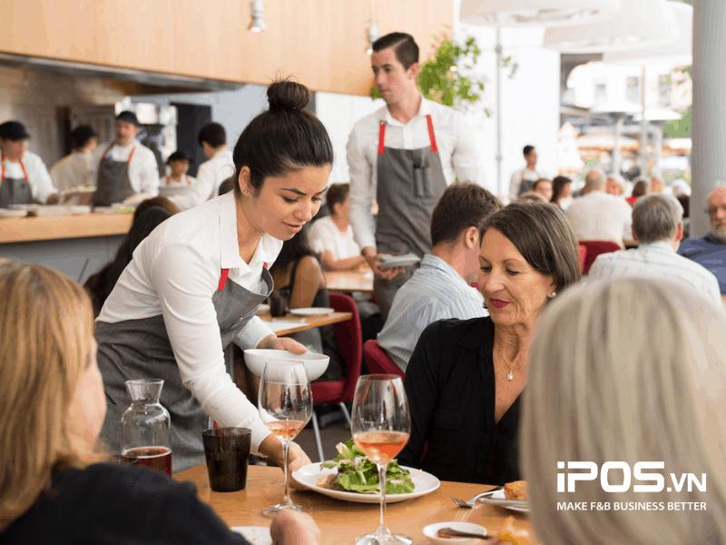 Nhân viên cần có kỹ năng thuần thục và thái độ niềm nở khi phục vụ khách hàng