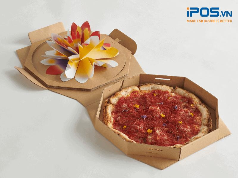 Bao bì giao hàng của Pizza 4P với thiết kế tối giản cũng chất liệu hiện đại, thân thiện với môi trường, thể hiện đẳng cấp của một nhà hàng pizza phân khúc cao cấp