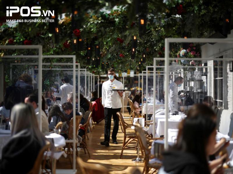 Giãn cách xã hội đang là nội quy bắt buộc các nhà hàng phải đảm bảo để kinh doanh thuận lợi