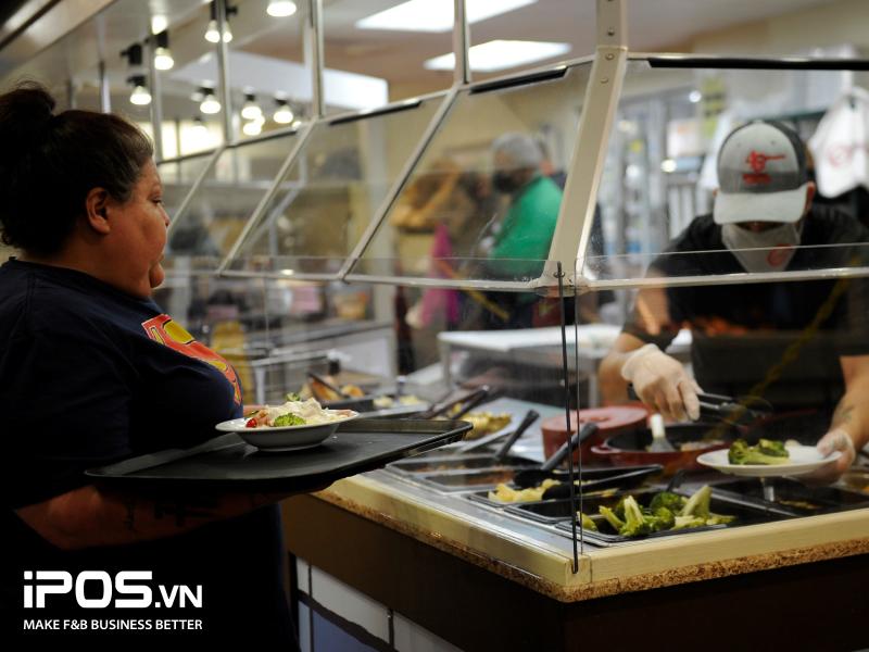 Quầy buffet có người phục vụ là giải pháp giãn cách xã hội tối ưu cho các nhà hàng theo hoạt động theo mô hình buffet