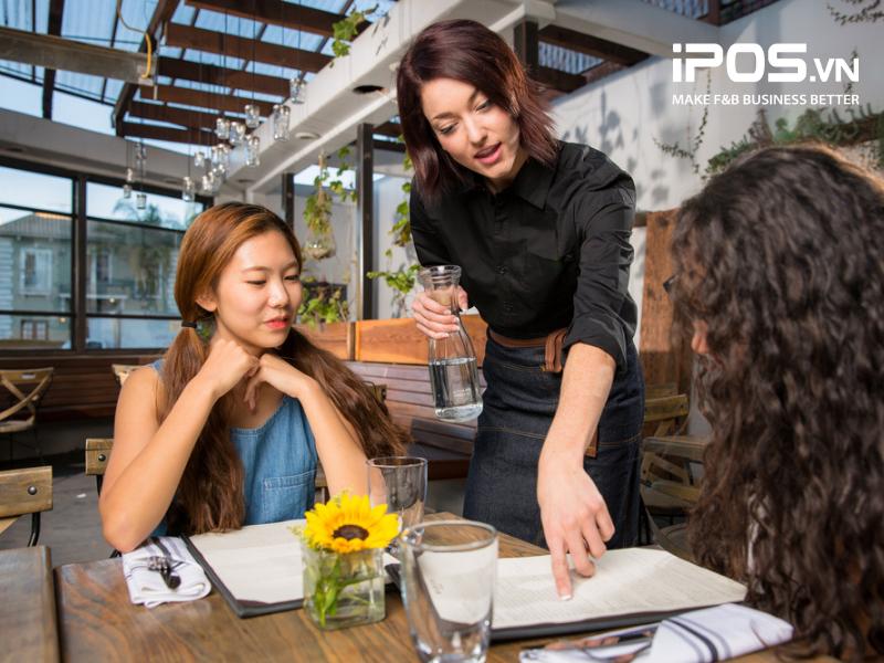 Sự khéo léo của nhân viên phục vụ sẽ khiến thực khách gọi nhiều món ăn hơn