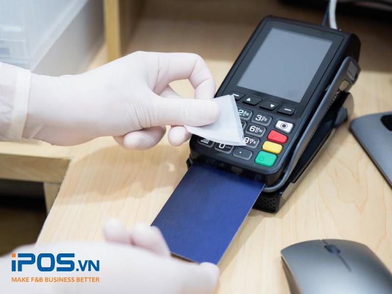 Ưu tiên vệ sinh máy quẹt thẻ thanh toán thường xuyên vì chúng tiếp xúc với cả nhân viên và thực khách nhiều nhất