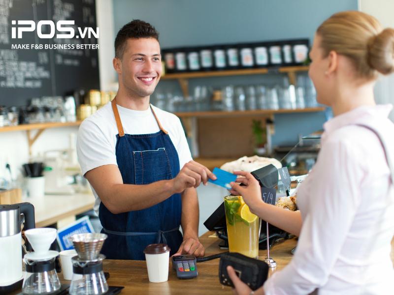 Hãy đào tạo nghiệp vụ để nhân viên có thể làm việc tại cả hai vị trí phục vụ và thu ngân