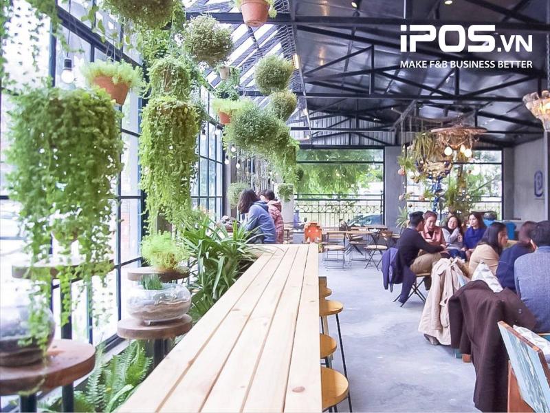 Quán cafe có nhiều cây xanh thu hút rất nhiều khách hàng